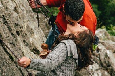 Sorprende a su chica con el anillo de pedida en plena escalada. Preboda de altura