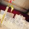 Decoración de boda con flores rojas en botellas