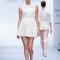 Mini vestidod e novia con falda amplia, sin mangas y cuello conservador - Foto David Salomón en MBFWMX