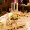Tavolo di nozze decorato con candele e fiori