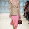 Falda rosa chicle y chaqueta nude con manga larga.
