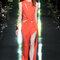 Longue robe orange à col rond avec large ouverture sur le côté de la jambe.