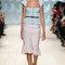 Conjunto de falda evasé marfil y pieza superior de ganchillo en color turquesa.