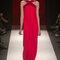 Vestido de fiesta largo en color rojo intenso con escote cruzado y silueta recta