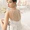 Suknia ślubna z delikatną koronką na plecach, Foto: Aire Barcelona 2015