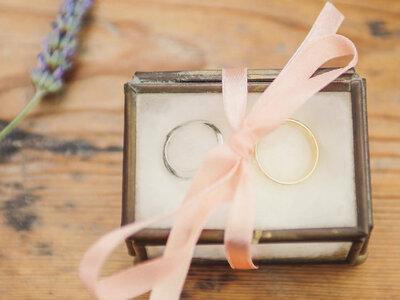 9 formas únicas de llevar las alianzas en tu boda