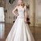 Klassisches Prinzessinnen-Brautkleid mit kunstvoll besticktem Oberteil.