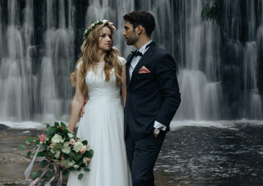 Romantyczna ślubna sesja nad dzikim wodospadem