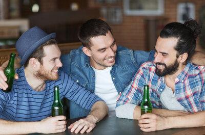 Cosa fanno gli uomini fidanzati quando escono con gli amici? I 4 profili più comuni