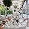 Banquete decorado con adornos florales colgados.