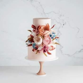 Foto: Cake Ink - Pastel de dos pisos con flores artificiales