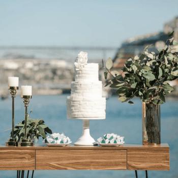 Branco, singelo, texturizado: os bolos de casamento de 3 andares também podem ser perfeitos para casamentos ao ar livre | Créditos: Brigadão - Doces