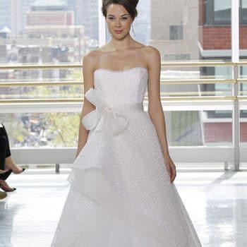 vestido de novia con tela estampada, falda plisada al frente con abertura y en capas con tul. Cinturón de moño al frente.