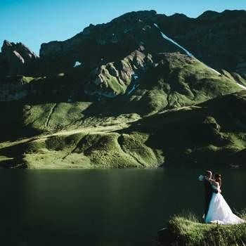 """Ich hatte schon immer eine besondere Leidenschaft zur Fotografie auch als ich noch als Business Analyst gearbeitet habe. Eines Tages jedoch beschloss ich mich, meiner wahren Berufung zu fügen und schmiss den Job als Analyst hin, bei dem ich sowieso nur immer mit Zahlen jongliert habe, um durch und durch Fotograf zu werden, was ich jetzt auch als """"fulltime"""" Job mache.  Das war ohne Zweifel die beste Entscheidung, die ich je getroffen habe. Heutzutage arbeite ich größtenteils auf Hochzeiten, auf denen ich versuche, das ganze Geschehen mehr aus einer journalistischen Sichtweise zu betrachten. Somit versuche ich dem ganzen das Aufgesetzte zu nehmen und die Paare lebendiger und echter herüberkommen zu lassen."""