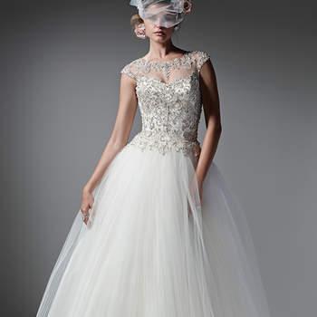 """Moderno e romântico, o tule plissado e a organza dão vida a um vestido brilhante com o corpete incrustado de cristais Swarovski. Exibe decote ilusão recatado e costas e mangas polvilhadas de cristais brilhantes. Finaliza com botões de cristal sobre o zíper. <a href=""""https://www.maggiesottero.com/sottero-and-midgley/monaco/9591"""" target=""""_blank"""">Sottero and Midgley</a>"""