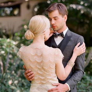 Le chignon de côté façon 20's est parfait pour un look de marié avec des dentelles et des jeux de transparence. Photo: Lauren Conrad
