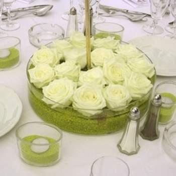 Centre de table composé de roses blanches. Source : aufeminin.com