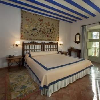 """Si buscas habitaciones diferentes, que te trasladen a un mundo de época, también las encontrarás en Paradores.  Los detalles cuidados al mínimo detalle, como los tapices que decoran las paredes en esta habitación del Parador de Almagro, te permitirán disfrutar de tu noche de bodas en un espacio único. Foto: <a href=""""http://zankyou.9nl.de/wdbk"""" target=""""_blank"""">Paradores</a><img src=""""http://ad.doubleclick.net/ad/N4022.1765593.ZANKYOU.COM/B7764770.4;sz=1x1"""" alt="""""""" width=""""1"""" border=""""0"""" /><img height='0' width='0' alt='' src='http://9nl.de/xyl3' />"""