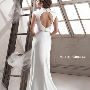 """Precioso vestido de novia estilo minimalista con cuello estilo mandaron. El modelo cuenta con un marco desnudo en la espalda, mangas encarte y perfección en la caída de la falda. Para aderezarlo, nada mejor que un cinturón con aplicaciones de cristales Swarovski.   <a href=""""http://www.sotteroandmidgley.com/dress.aspx?style=4SC944"""" target=""""_blank"""">Sottero &amp; Midgley Platinum 2015</a>"""