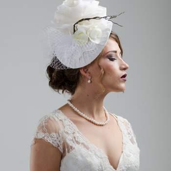 Rosas blancas, red y tela son los protagonistas de este tocado de época. Bello complemento para la novia para la ceremonia civil o la fiesta ya que dara vida y enmarcara su rostro en ese dia especial.