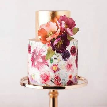 Foto: Cake Ink  - Pastel de dos pisos, primer piso pintado tipo acuarela de flores y segundo piso dorado con flores artificiales