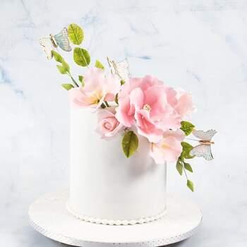 Foto Brulee - Pastel de bodas de un piso en color blanco con flores