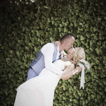 """Foto: Mireia Manau   """"Soy meticulosa y detallista, me gusta pasar desapercibida en las bodas y poder captar ese momento inesperado"""", declara Mireia Manau, fotógrafa catalana. Su mayor fuente de inspiración, indica que es """"la felicidad que se nota en el ambiente, esa mezcla de nervios con prisas y emociones a flor de piel"""". Eso es lo que hace que cada uno de sus reportajes tenga una esencia propia, aunque en todos busca la perfección. """"Me tomo cada boda como si fuese la mía propia, en la que quiero que todo sea perfecto y poder recordarla con cariño al ver unas fotos bonitas y cuidadas en un álbum elegante"""", sostiene."""