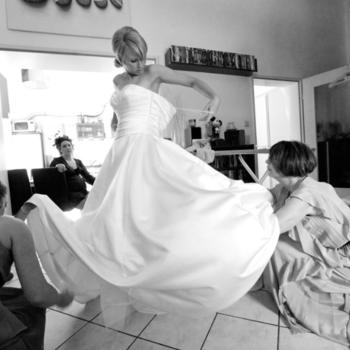 Bei den Vorbereitungen der Braut ist Angela Krebs auch dabei.