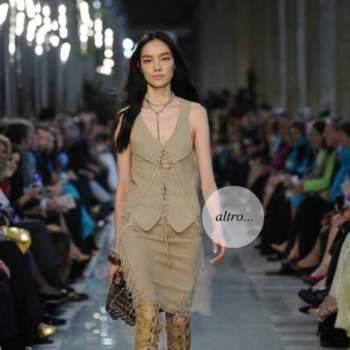 Gilet et jupe en daim avec des torsions de corde sur décolleté et une jupe de style «Pocahontas»