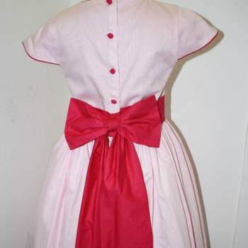 Ravissante robe rose fuchsia pour petite fille d'honneur.