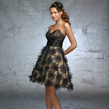Très chic cette robe de cocktail Demetrios 2012. Petite touche originale avec sa jupe agrémentée de fleurs. Demetrios 2012