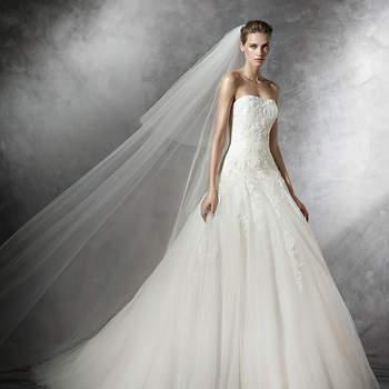 Vestido de noiva em tule com aplicações em renda chantilly, estilo princesa. Corpo com cintura baixa em renda chantilly bordado com pedraria branca. Saia grande em tule com godés. Para a noiva mais romântica.