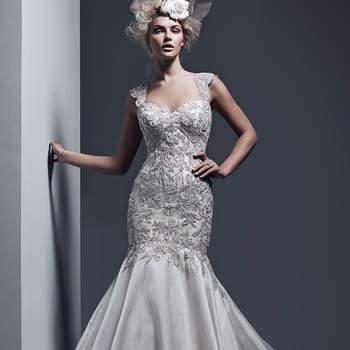 """Pour cette robe évasée, les cristaux de Swarovski offrent de la lumière à cette coupe moulante en Vicenza et organza. Le dos en corset est fermé par des cristaux étincelants.  <a href=""""http://www.sotteroandmidgley.com/dress.aspx?style=5ST634"""" target=""""_blank"""">Sottero &amp; Midgley</a>"""