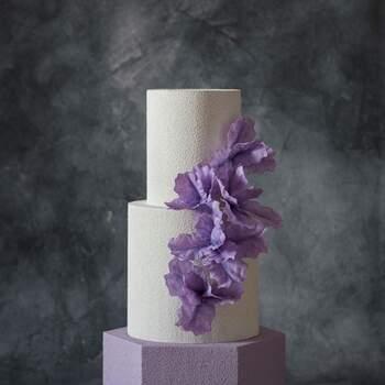 Foto: Anastasiya Tolstih - Pastel minimalista en todo blanco con color lila y adorno