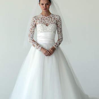 Robe de mariée Marchesa Automne 2012. Robe bustier façon princesse avec décolleté et manches en dentelle. Source : Marchesa
