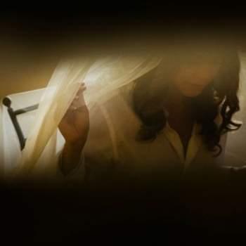 "Precioso detalle de la novia poniéndose el velo. Foto: <a href=""https://www.zankyou.es/f/jm-photoemotion-11527"" target=""_blank"">JM Photoemotion</a>"