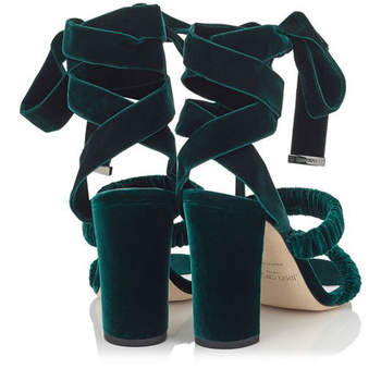 Sandalias anudadas al tobillo de terciopelo verde botella. Credits: Jimmy Choo