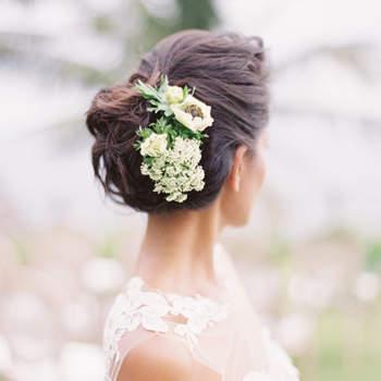 Penteado para noiva com cabelo preso   Foto: Oliver Fly Photography