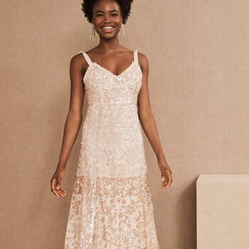 Créditos: BHLDN, Needle & Thread Patchwork Sequin Cami Gown