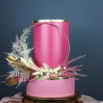 Foto: Misshavishamscakes - Pastel decorado con aro y plumas
