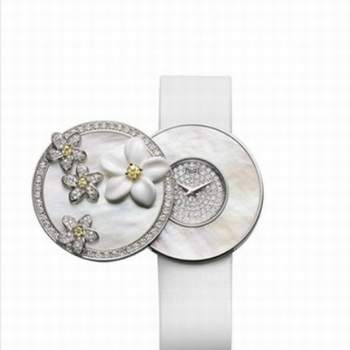 Montre de nariage Piaget, collection Printemps-Été 2009, montre à secrets, ou or blanc, nacre sertie de diamants, bracelet en satin Crédit photo: Au féminin