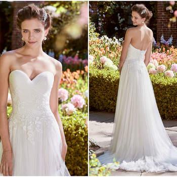 Ein traumhafter Herzausschnitt dominiert dieses Brautkleid und die hübschen Blüten, die den Hüftbereich umspielen geben die besondere Note dazu.
