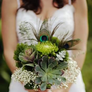 Un bouquet de mariée naturel pour une mariée délicate. Bouquet champêtre vert, jaune et blanc. - Source : Style Me Pretty