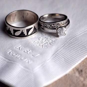 Criativas alianças de casamento.