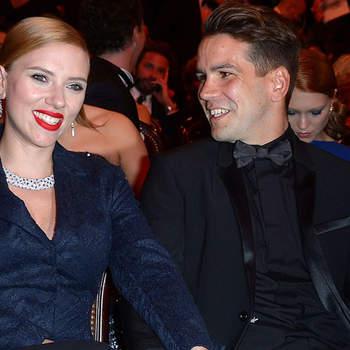 A atriz Scarlett Johansson e o namorado Romain Dauriac casaram em sigilo em outubro, informou a imprensa americana.  Credits. Caras