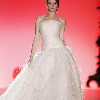 Robe de mariée bustier, jupe ample Hannibal Laguna 2013. Photo : Barcelona Bridal Week