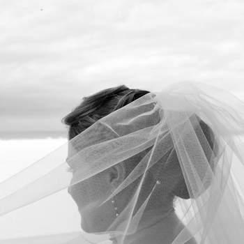 """Le mot du photographe : La photo a été prise sur les planches de Deauville, le 10 septembre 2012, les mariés souhaitait faire un shooting """"trash the dress"""", après cette photo, nous avons fait autres photos dans l'eau.  A propos du photographe : Né en 1965 à Paris. Diplômé de l'École Estienne et très tôt attiré par les métiers de l'image et des médias. J'ai travaillé en agence photo pendant plus de 20 ans, en tant que photoreporter sur les sujets les plus divers (mariage, mode, sport, reportage, etc...).  Si cette photo est selon vous, LA PLUS BELLE PHOTO DE MARIAGE, laissez un commentaire ci-dessous en indiquant le n°22"""