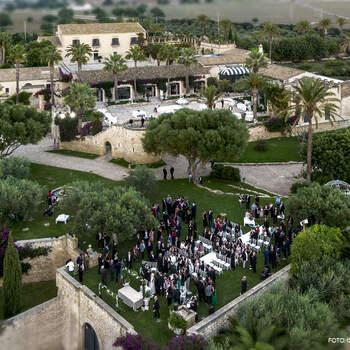 Villa Criscione: Ampie terrazze e giardini dall'atmosfera incantata. Un ricevimento ricco di profumi e sapori mediterranei.