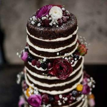 Os naked cakes continuam a ser uma opção de bolos de casamento muito procurada pelos noivos | Créditos: Maria Bolacha