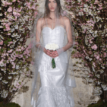 La robe Oscar De La Renta met en valeur les poitrines généreuses.